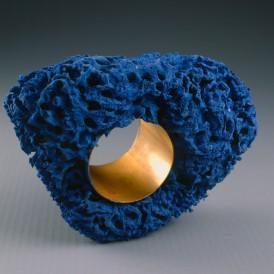 Christian ASTUGUEVIEILLE (Paris,1946) Hommage à Yves Klein, 1984 Bracelet en éponge naturelle, pigment bleu et métal H. 20 ; L. 7,5 cm Don de l'artiste en 1995 Photo : Arnaud Loubry ADAGP, Paris, 2015