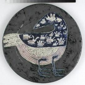 Guidette CARBONELL (Meudon, 1910-2008) Plat Oiseau avalant des mouches, vers 1949 Faïence émaillée D. 40 cm Achat de l'État en 1961 ; Dépôt du Centre national des arts plastiques (FNAC 1140) en 2005 Photo : Alain Leprince