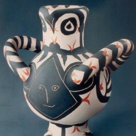 Pablo PICASSO (Pablo RUIZ dit) (Malaga, 1881 – Paris, 1973) Vase gros oiseau visage noir, 1961 Terre cuite blanche, éléments tournés, modelés et assemblés, peinte aux oxydes et à l'engobe, sous couverte partielle. Dépôt du Musée national d'art moderne / Centre Pompidou en 2001 Photo : Arnaud Loubry © Succession Picasso, 2015