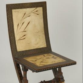 Carlo BUGATTI (1856-1940)  Chaise basse, vers 1900  Bois, marqueterie d'étain et de laiton, cuivre  repoussé, peau de chamois peinte  H. 81 ; L. 40 cm  Achat avec le soutien du fonds régional  d'acquisition pour les musées en 2003  Photo : Alain Leprince