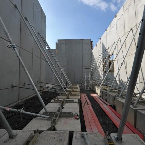 15.03.2017 Nouvelle aile Rue de l'Espérance. Installation des murs. Vue sur le patio de sculpture_DSC4536