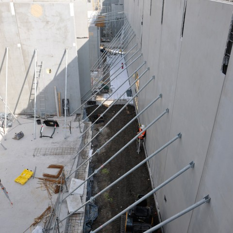 31.03.2017 Nouvelle aile Rue de l'Espérance. Installation des murs. Vue sur la salle d'Histoire de Roubaix_DSC4833-