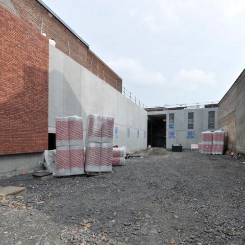27.09.17 Zone travaux Rue des Champs. Vue des bâtiments qui accueilleront la galerie du Groupe de Roubaix (gauche), un atelier de menuiserie et de restauration (en face) et des espaces de repos pour le personnel.