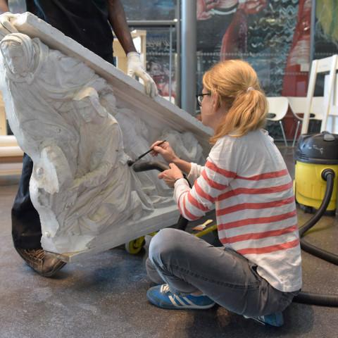28.08.2017  Mise en caisse du bas-relief de Charles Iguel, Isabeau de Roubaix fondant l'hôpital Sainte-Elisabeth
