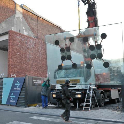 21.02.2018 Pose de la vitre pour l'étage dédié aux collections du groupe de Roubaix dans l'ancienne entrée de la piscine