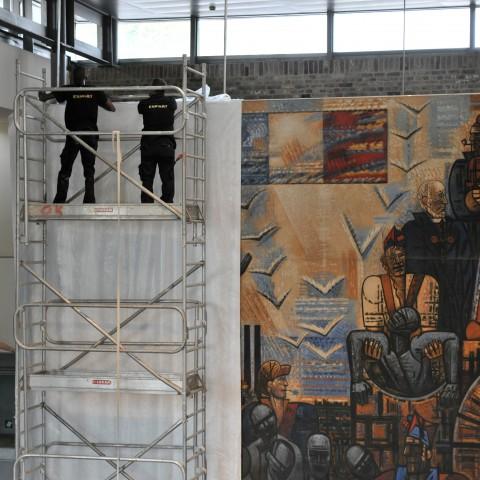 Préparation des percements des murs : les œuvres sont mises à l'abri.