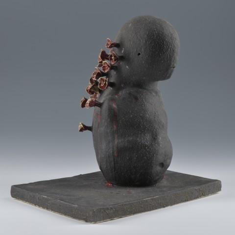 Marnix HOYS Né en 1943 à Bruges en Belgique Tête en fleur (2016) Grès, émail noir, cendres, craie H. 35 ; L. 33 ; P. 23 cm Don de la Société des Amis du Musée d'Art et d'Industrie de Roubaix en 2016
