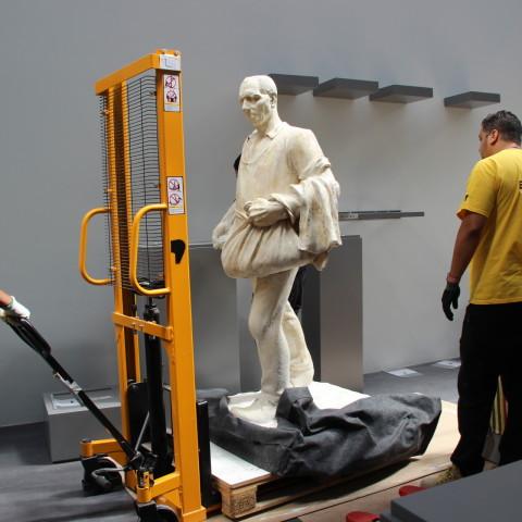 19.07.18 Installation des œuvres dans la nouvelle galerie des sculptures