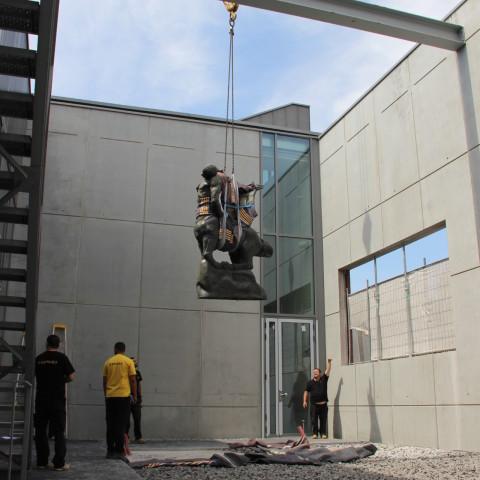 """20.07.18 Installation grâce à une grue du """"Centaure mourant"""" d'Antoine Bourdelle dans le patio de la nouvelle galerie de sculptures"""